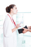 Patienthänder med plånboken som ger mutan royaltyfria bilder