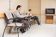 Patients attendant dans le lobby d'hôpital Photo stock