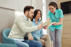 Patients consultant le dentiste à la clinique dentaire photos stock