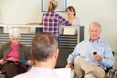 Patients dans la salle de l'attente du docteur Photo libre de droits