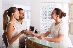 Patients de couples visitant la clinique images libres de droits
