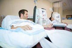 Patients dormant tout en recevant la dialyse rénale photos libres de droits