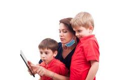 Patients féminins modernes de docteur et d'enfant à l'aide du comprimé sans fil Image stock