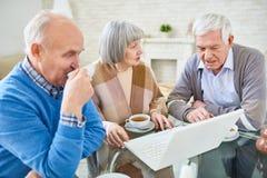 Patients pluss âgé à l'aide de l'ordinateur portable ensemble Photographie stock