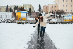 Patim do homem e da mulher no gelo Imagens de Stock Royalty Free