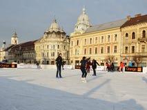 Patim dos jovens na pista da patinagem no gelo Imagem de Stock Royalty Free