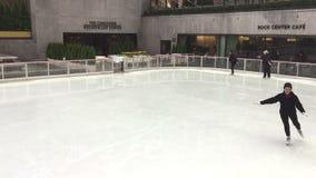 Patin de glace de personnes dans le NYC banque de vidéos