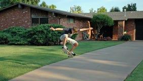 Patinador adolescente aerotransportado imagenes de archivo