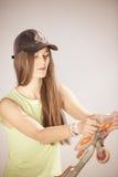 Patinador adolescente de la muchacha con el monopatín en la calle Imagenes de archivo