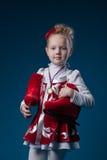 Patinador artística pequeno bonito que levanta com medalha de bronze Fotos de Stock Royalty Free