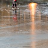 Patinador de hielo en una charca congelada con los rayos de sol Imagen de archivo libre de regalías