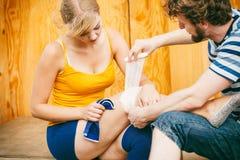 Patinador de la mujer con la rodilla herida de la pierna Fotografía de archivo libre de regalías