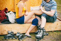 Patinador de la mujer con la rodilla herida de la pierna Fotografía de archivo