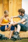 Patinador de la mujer con la rodilla herida de la pierna Fotos de archivo libres de regalías
