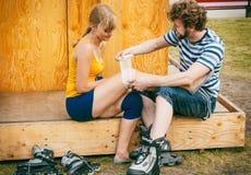 Patinador de la mujer con la rodilla herida de la pierna Imagen de archivo