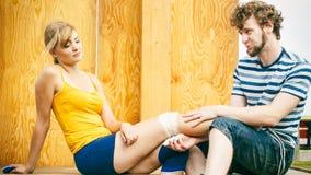 Patinador de la mujer con la rodilla herida de la pierna Imagen de archivo libre de regalías