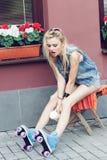 Patinador de sexo femenino del rodillo Foto de archivo libre de regalías