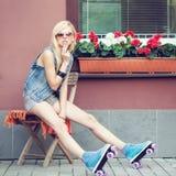 Patinador del rodillo de la muchacha Fotografía de archivo