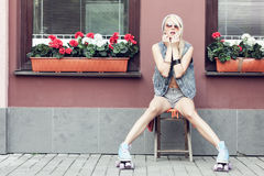 Patinador del rodillo de la mujer Fotografía de archivo