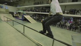 Patinador del rodillo en paseo de los vidrios en la cerca El caer abajo Manía extrema Gente Desafío en skatepark metrajes