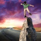 Patinador en equilibrio en la roca Imagen de archivo