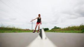 Patinador joven del rodillo que patina entre las tazas almacen de metraje de vídeo