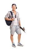 Patinador joven que lleva una mochila azul Foto de archivo libre de regalías