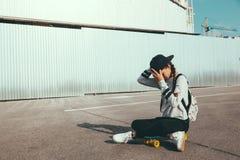 Patinador pre adolescente en la calle de la ciudad Foto de archivo