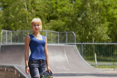 Patinador punky de la muchacha con la tarjeta en skatepark Imágenes de archivo libres de regalías
