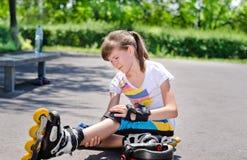 Patinador que cuida una rodilla herida Foto de archivo libre de regalías