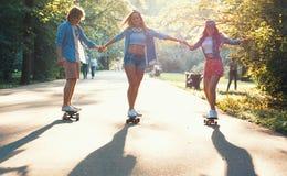 Patinadores activos jovenes al aire libre Fotografía de archivo