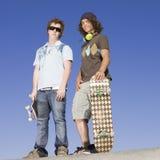 Patinadores adolescentes encima de la rampa Imagenes de archivo