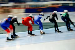 patinadores de las mujeres en comienzo total Foto de archivo libre de regalías
