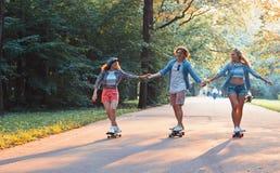 Patinadores felices jovenes el vacaciones Imagenes de archivo