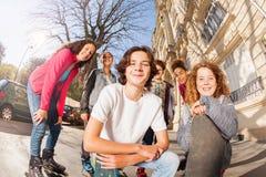 Patinadores y skateres en línea en la calle de la ciudad Imágenes de archivo libres de regalías
