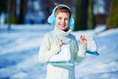 Patinage de glace allant de garçon heureux photographie stock libre de droits