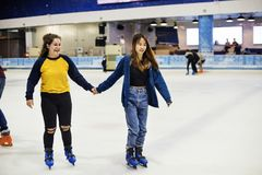 Patinage de glace d'amie sur la patinoire ensemble Photographie stock libre de droits