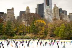 Patinage de glace dans le Central Park - New York, Etats-Unis Photo stock
