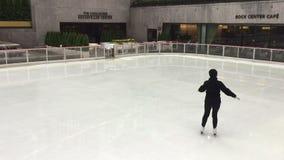 Patinage de glace dans le NYC banque de vidéos