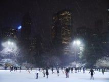 Patinage de glace dans un Central Park hivernal sous la neige, NYC Images stock