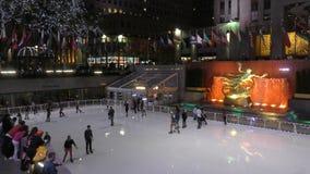 Patinage de glace de centre de Rockefeller banque de vidéos