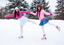 Patinage de glace de deux filles Images libres de droits