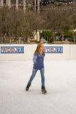 Patinage de glace de jeune fille Image stock