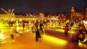 Patinage de glace de Noël sur le Museumplein à Amsterdam clips vidéos