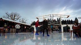 Patinage de glace de Noël sur le Museumplein à Amsterdam banque de vidéos