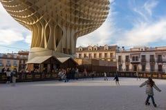 Patinage de glace sous les muhsrooms en Séville pendant l'hiver image stock