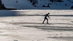 Patinage de glace sur le lac congelé, montagnes de swisss images libres de droits