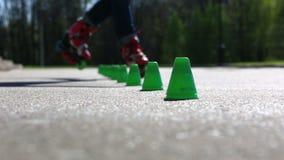 Patinage de rouleau de sportif au site récréationnel clips vidéos
