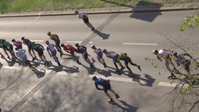 Patinage de rouleau sur une route clips vidéos