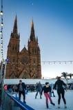 Patinage devant la cathédrale du ` s de St Mary à Sydney avec l'augmentation de lune images stock